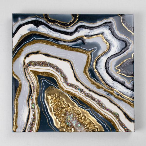 Красивая картина с камнями и золотом из смолы