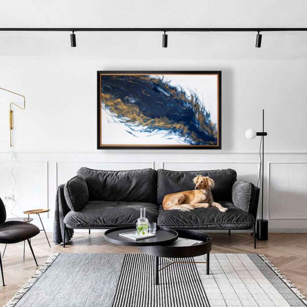 Большая метровая картина в гостиной над диваном.