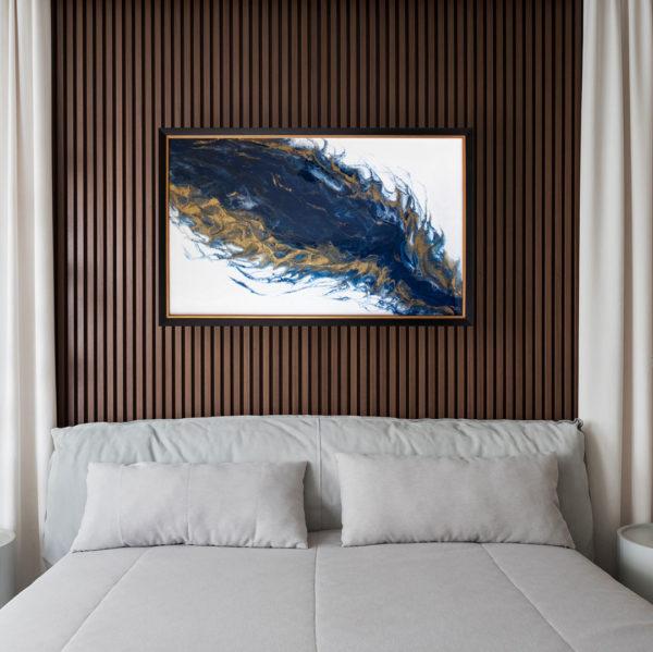 Картина в спальне над кроватью.